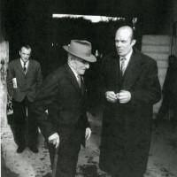 Alcide Cervi, padre dei sette fratelli partigiani assassinati dai fascisti, con il partigiano sovietico Anatoli Tarasov, presso casa Cervi