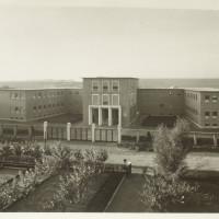La sede della direzione delle Officine Meccaniche Italiane Reggiane costruita nel 1940 sulla nuova via Vasco Agosti; era fatta a forma di M in omaggio al dittatore