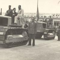1951: il famoso trattore R 60 fotografato all'interno dello stabilimento. Fu costruito in tre esemplari dagli operai durante la più lunga occupazione di una fabbrica nella storia italiana