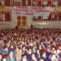 Cittadini assistono ad un discorso di Luigi Longo al teatro Valli, 1978