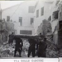 L'ala del carcere di San Tommaso sulla sinistra, vista da piazza Scapinelli l'8 gennaio 1944 dopo essere stato colpito durante un bombardamento angloamericano