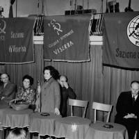 """Metà anni '60. Viserba, """"Sirenetta"""". Iniziativa elettorale PCI e PSIUP. Da sin. Vittorio Rossi, Giuseppe Coltelli, ..., ..., Gino Maestri, Massimo Giardi"""